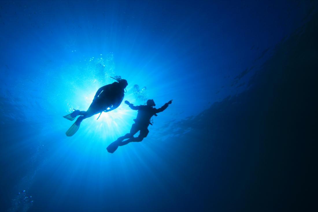 duas pessoas mergulho