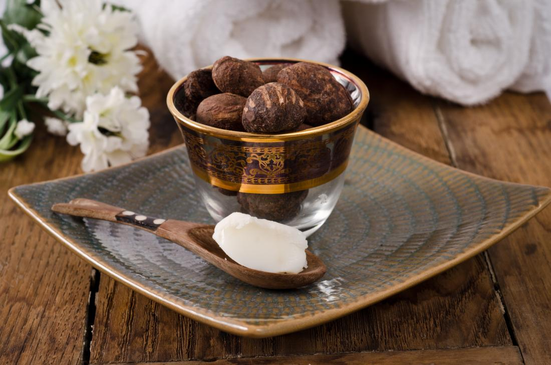 シェイバターは木製のスプーンで、スパタオルと生チーズバターのそばにあります。
