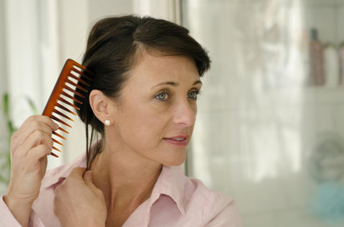 Tóc mỏng và rụng tóc là một triệu chứng tiềm năng của thời kỳ mãn kinh cũng như PCOS.
