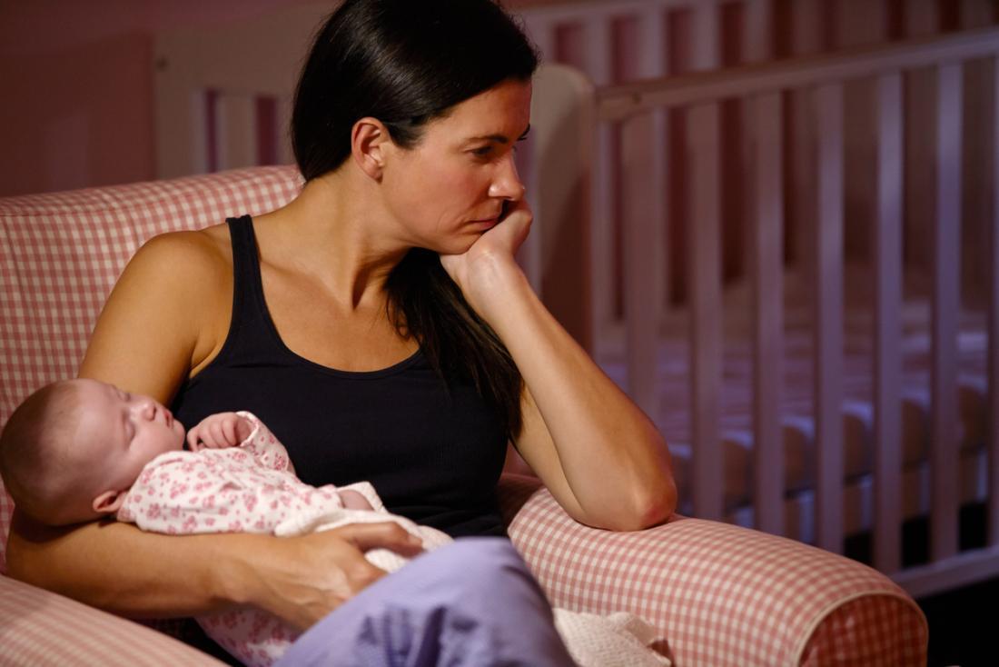 [Phụ nữ trầm cảm sau sinh với em bé trên ghế]