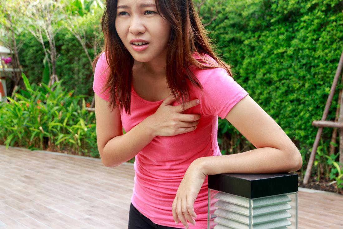 Donna fuori con dolore al petto, sensazione di svenimento e vertigini, mancanza di respiro.