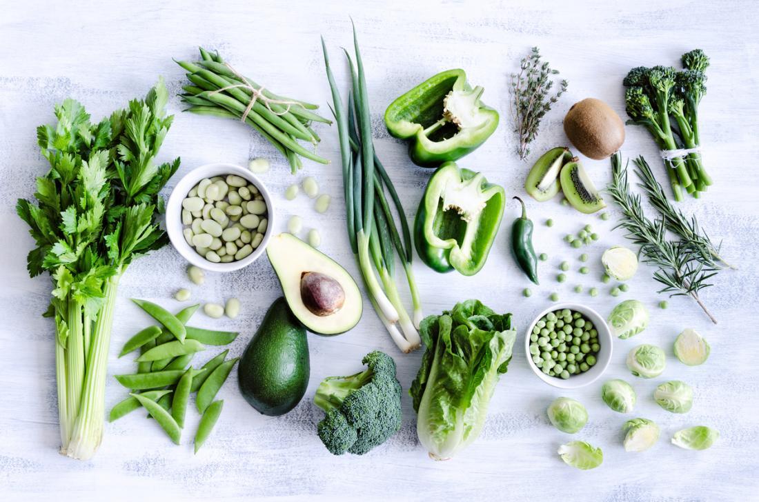 Eine Auswahl von grünem Blattgemüse und Früchten.
