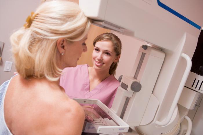 Signora che ha una mammografia