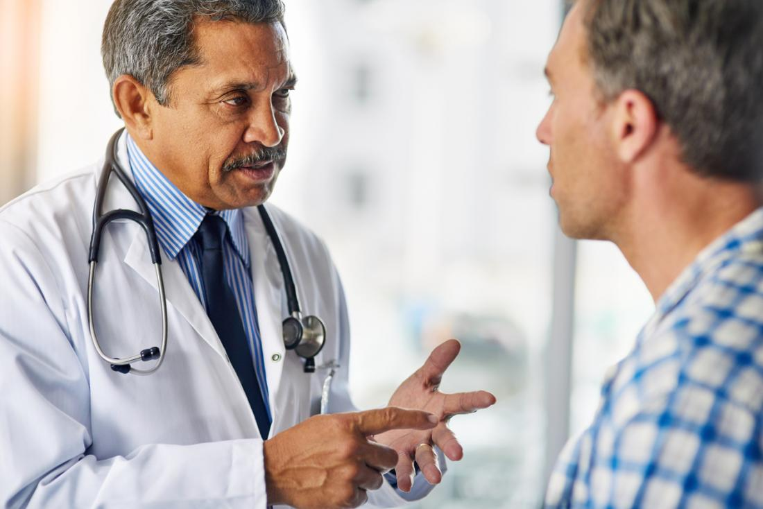 [medico che dà consigli a un paziente]