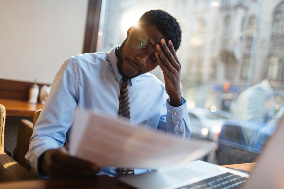 Biznes człowiek ciężko pracuje, podkreślił z bólem głowy.