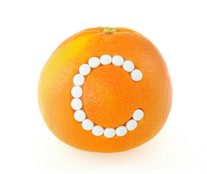 Eine Zitrusfrucht mit einem C von Pillen gemacht.