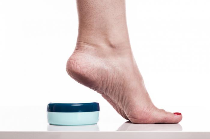 Fußcreme und ein erhöhter Fuß.