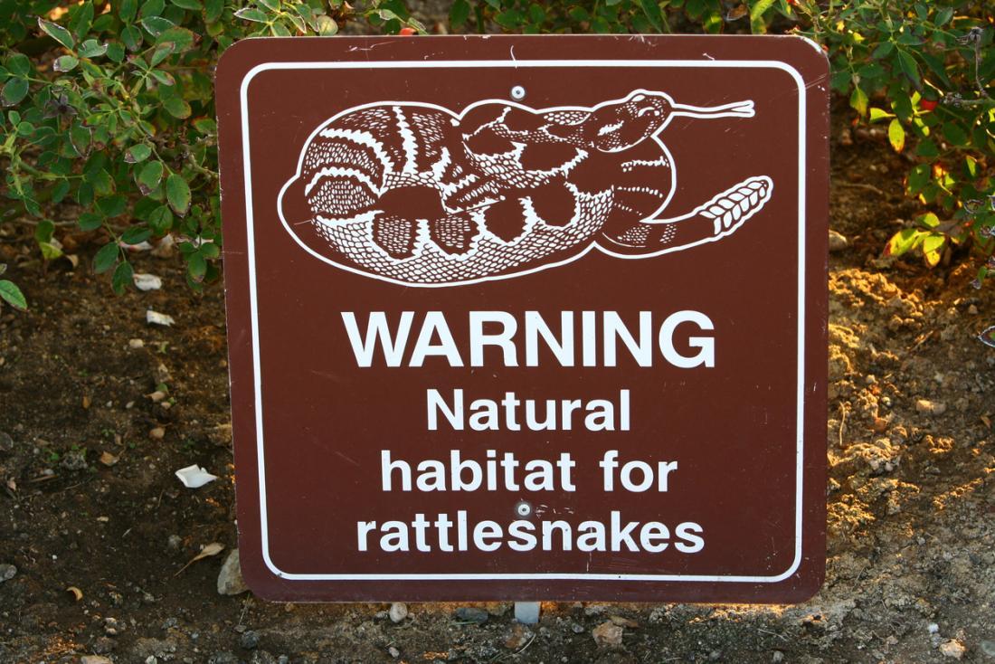 ガラガラヘビの生息地の標識警告。