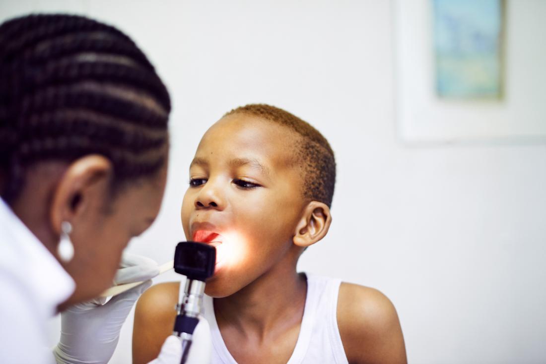 médecin examinant la gorge d'un enfant