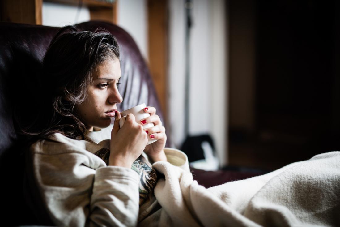 jeune femme au lit avec du thé