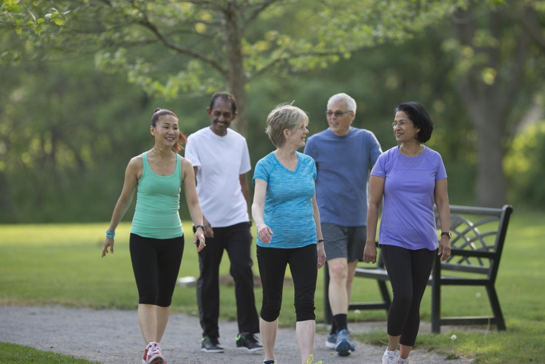 ältere Menschen im Park spazieren