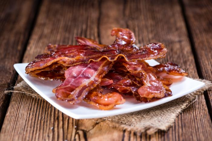 [Une assiette de bacon frit]