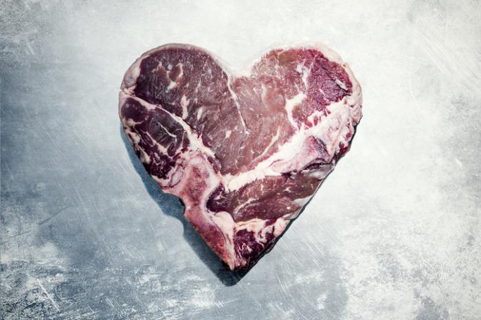[La viande rouge en forme de coeur]