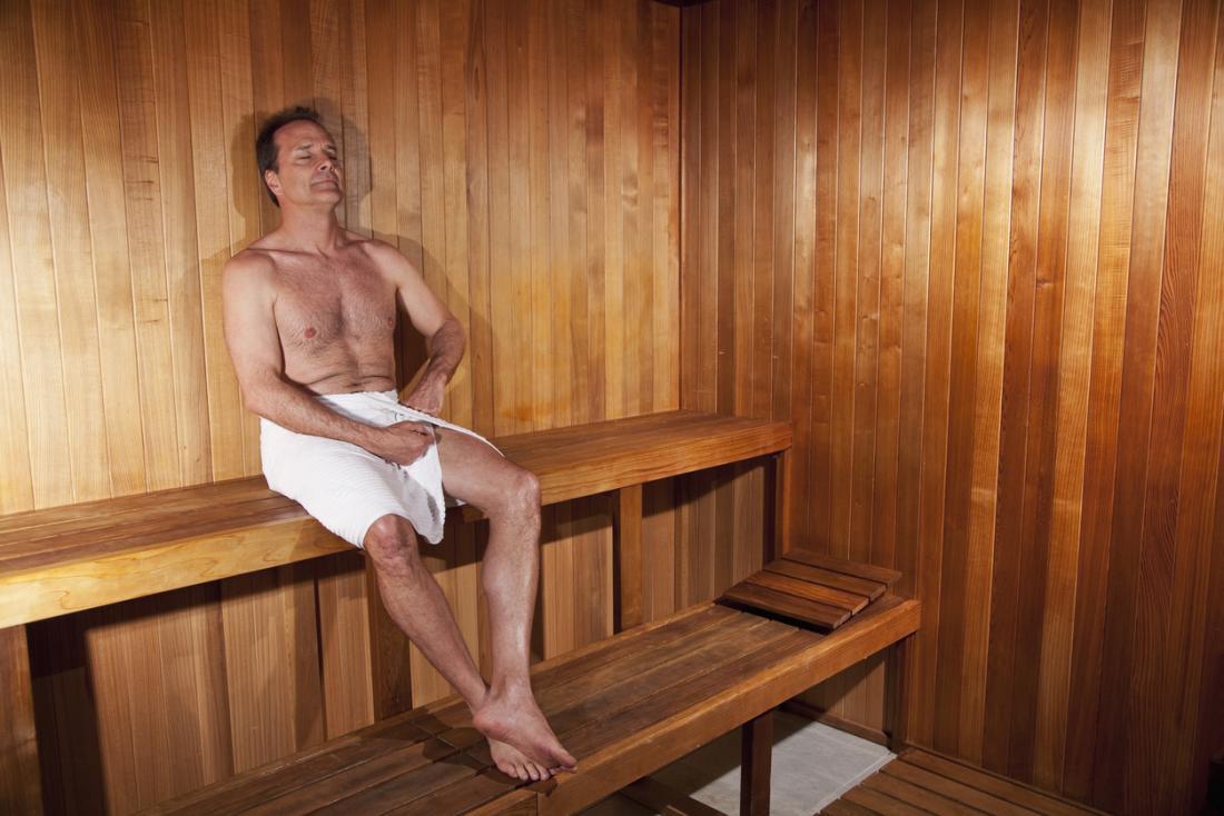 un homme d'âge moyen dans un sauna
