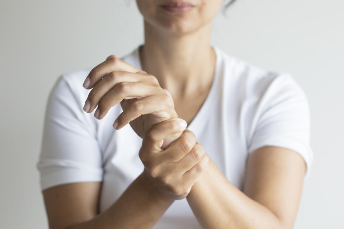 長い時間ラップトップを使用すると、手首の痛みが生じることがあります。