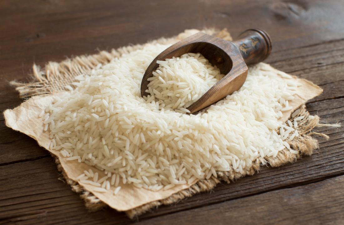 gạo trắng trên bàn