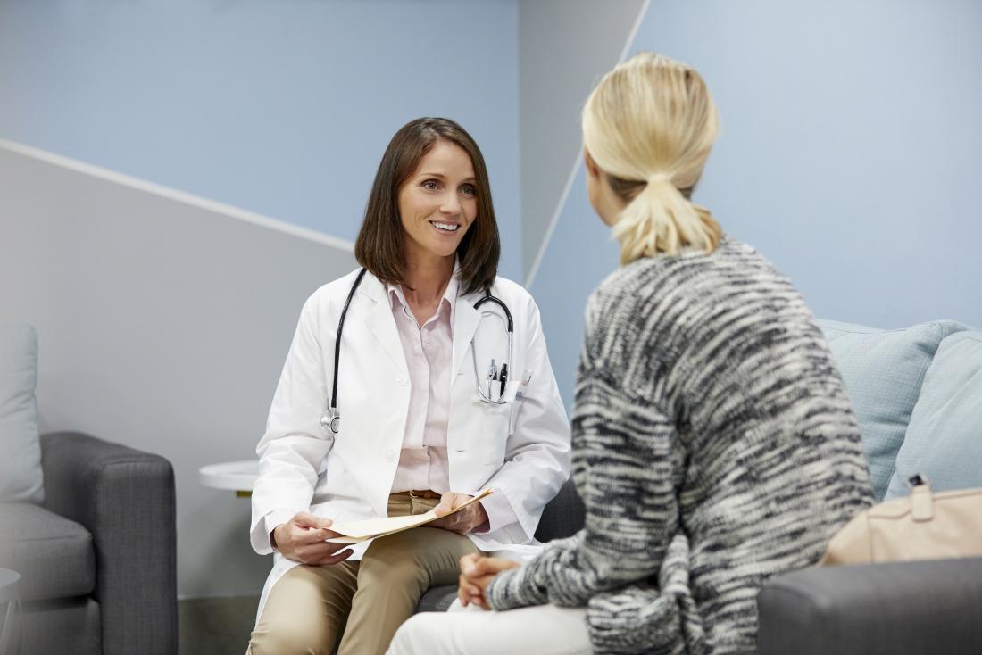 Femme parlant à une femme médecin avant la procédure.