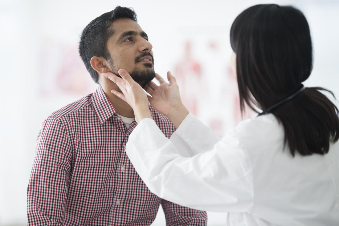 médecin vérifiant les ganglions lymphatiques enflés