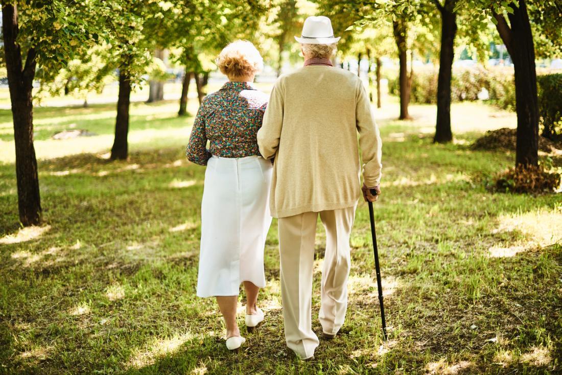 Old cặp vợ chồng đi bộ.