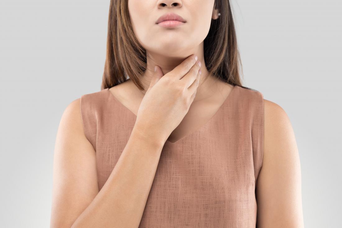jeune femme touchant la gorge