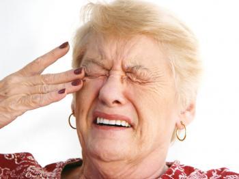 目の痛みのある年上の女性