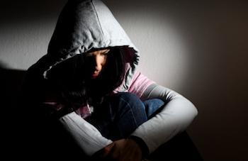 Dunkles Bild des Mädchens, das an der jahreszeitlichen affektiven Störung leidet