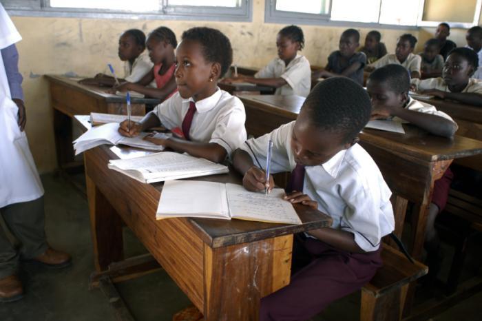 [Trẻ em châu Phi trong lớp học]