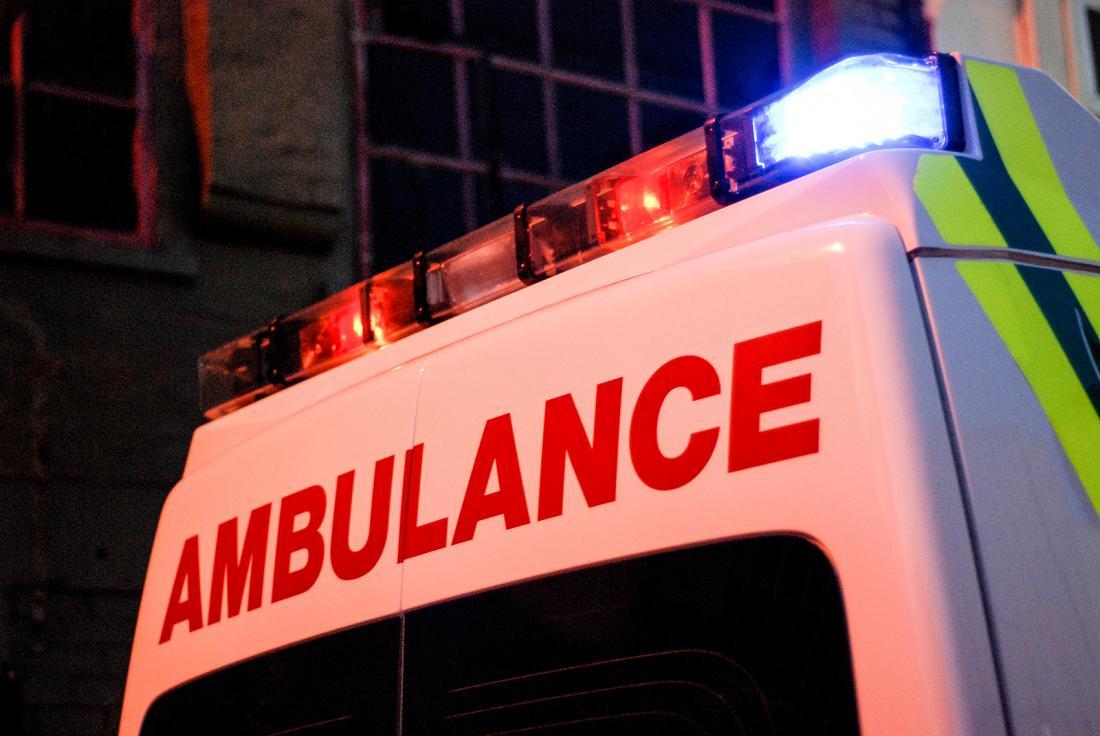 Ambulanza in strada di notte