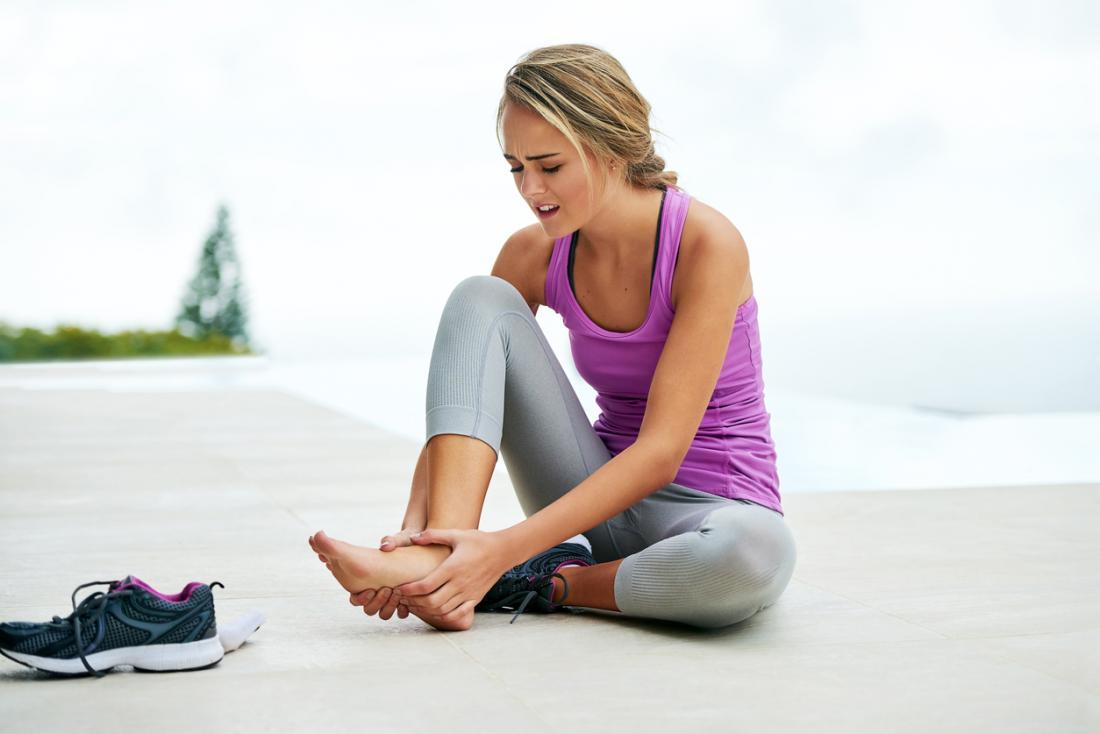 Á hậu với bàn chân đau đớn