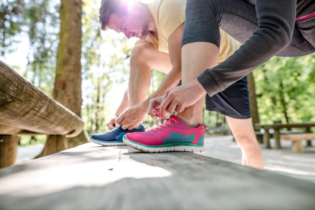 đôi giày buộc trước khi chạy