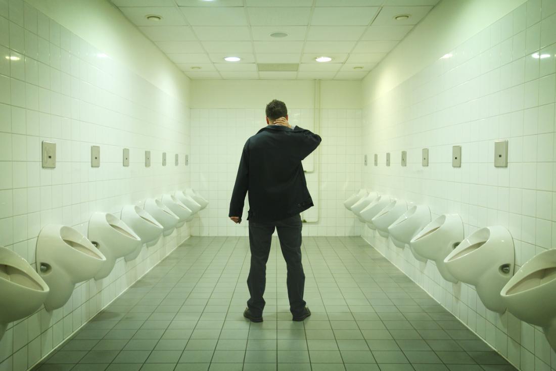 homme dans l'urinoir