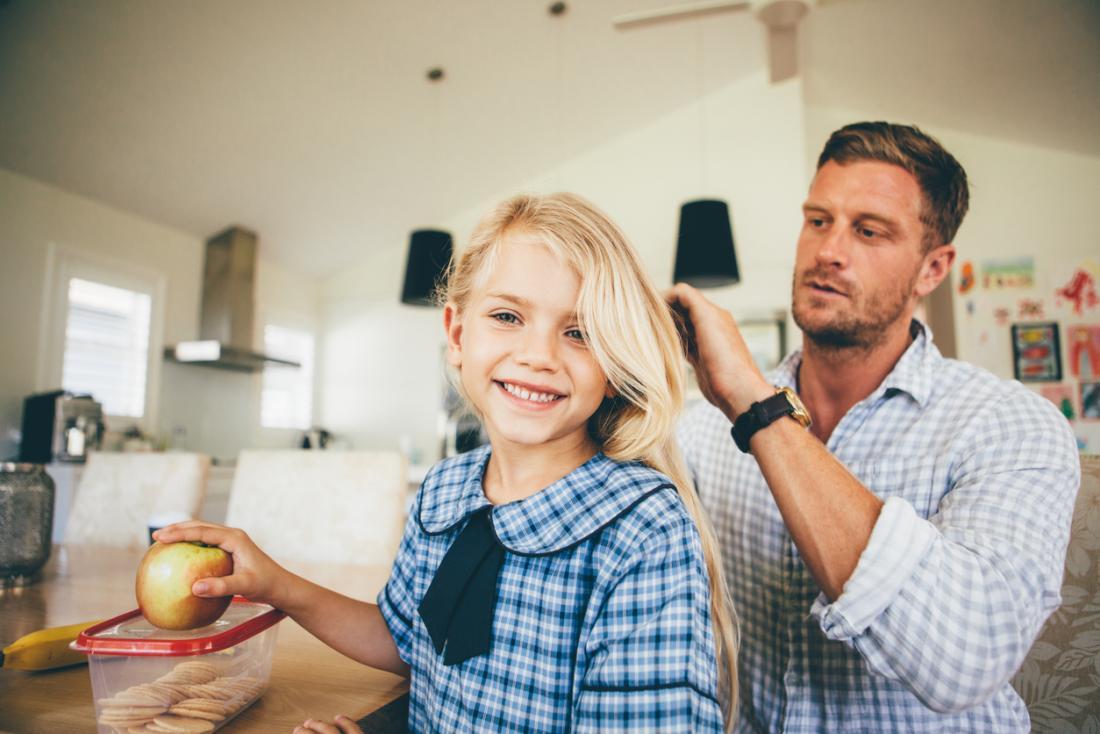 男は娘の髪のシラミをチェックする