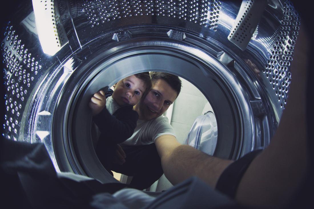 父と子供が洗濯をしている