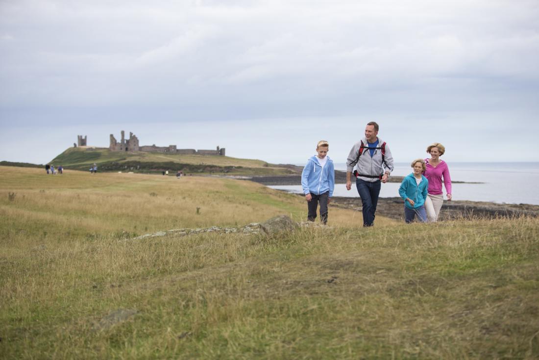 famille marchant dans la campagne