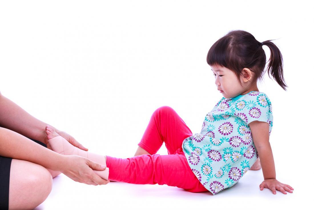 enfant avec un pied douloureux