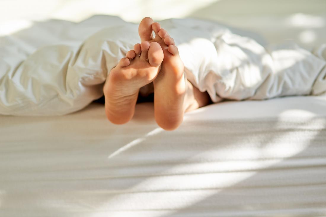 pieds furtivement sous les draps