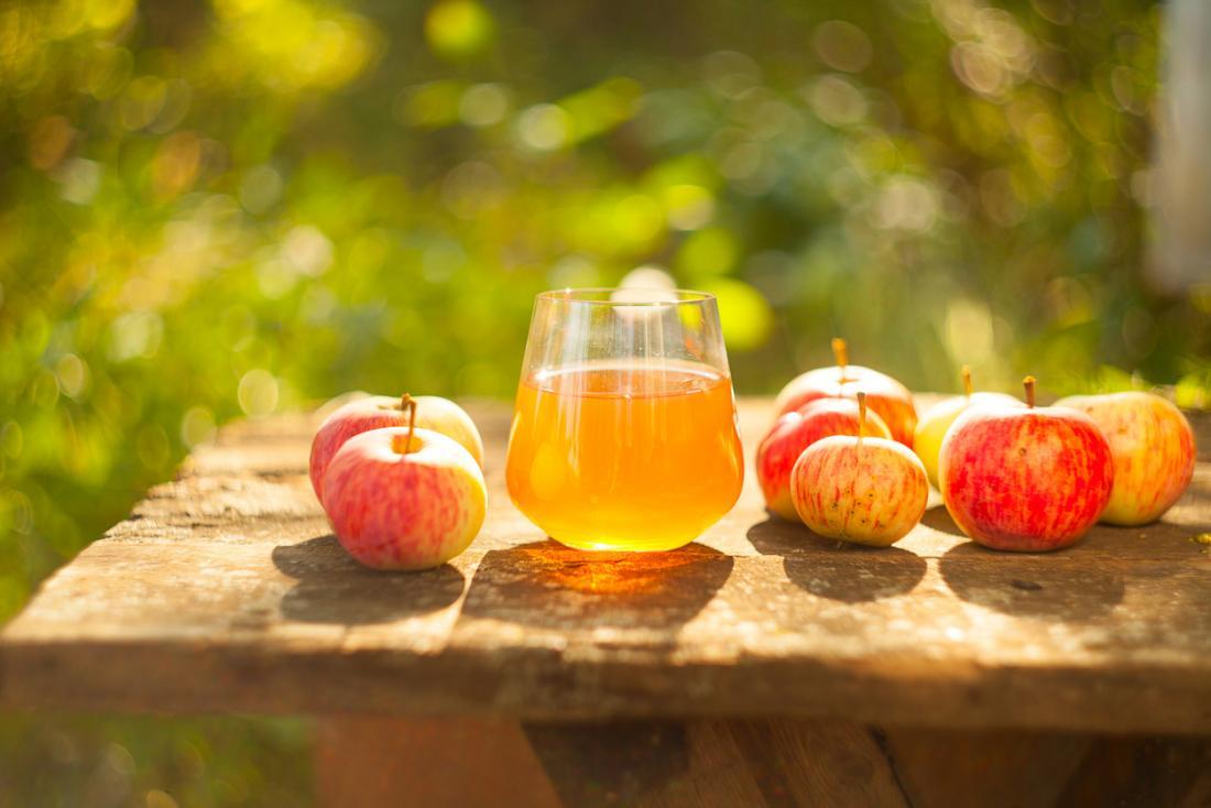 Maçãs e suco de maçã