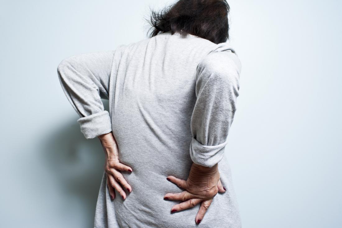 възрастна жена с болки в гърба