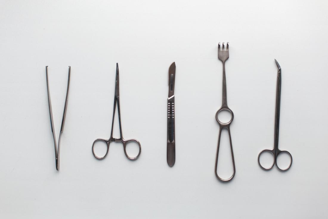 [outils chirurgicaux dans une rangée]
