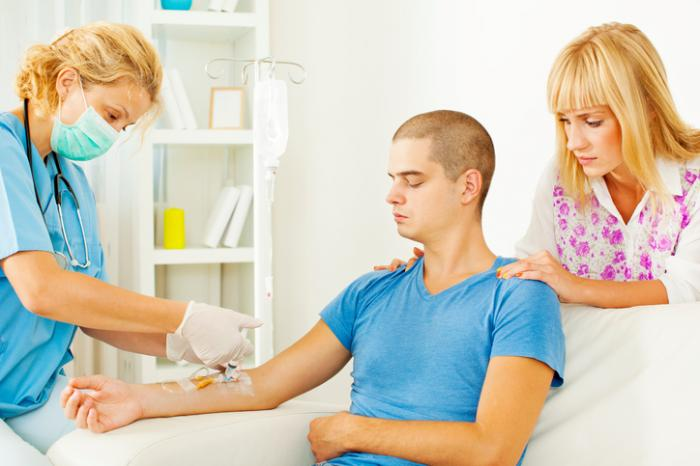 quimioterapia sendo dada a um paciente do sexo masculino