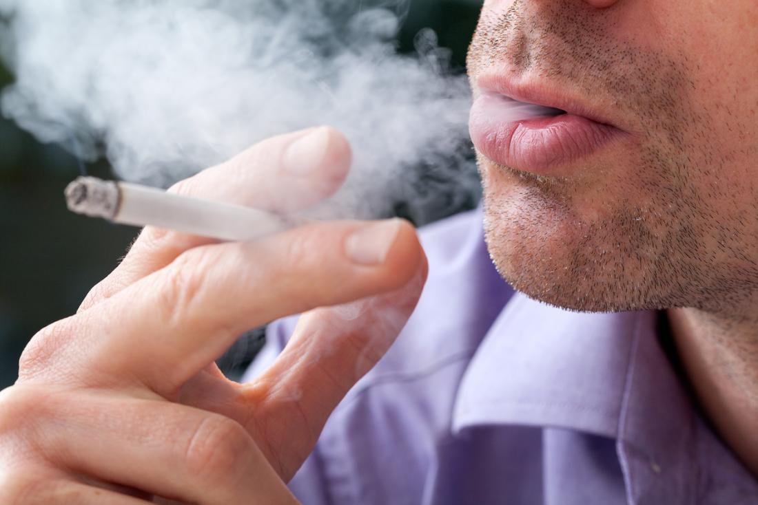 homem fumando um cigarro