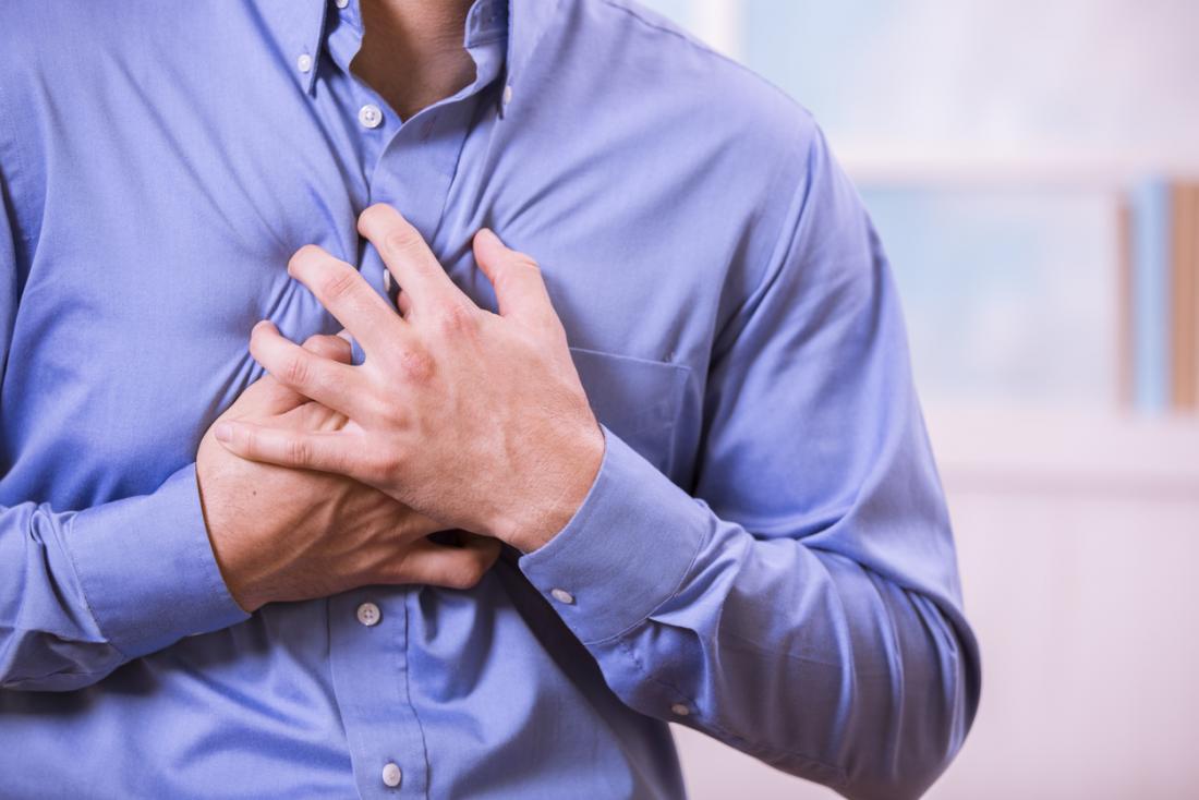 Mann hält die Brust