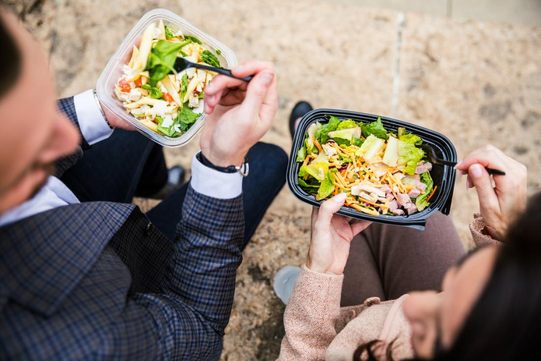 Ăn salad lành mạnh cho bữa trưa.