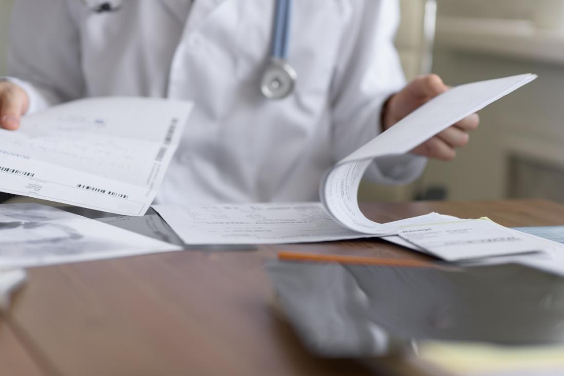 Docteur regardant les résultats des tests