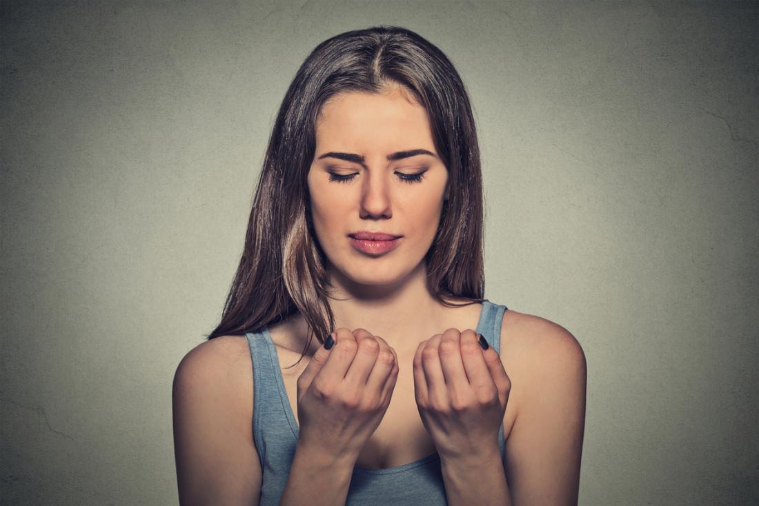 彼女の爪を検査している女性。