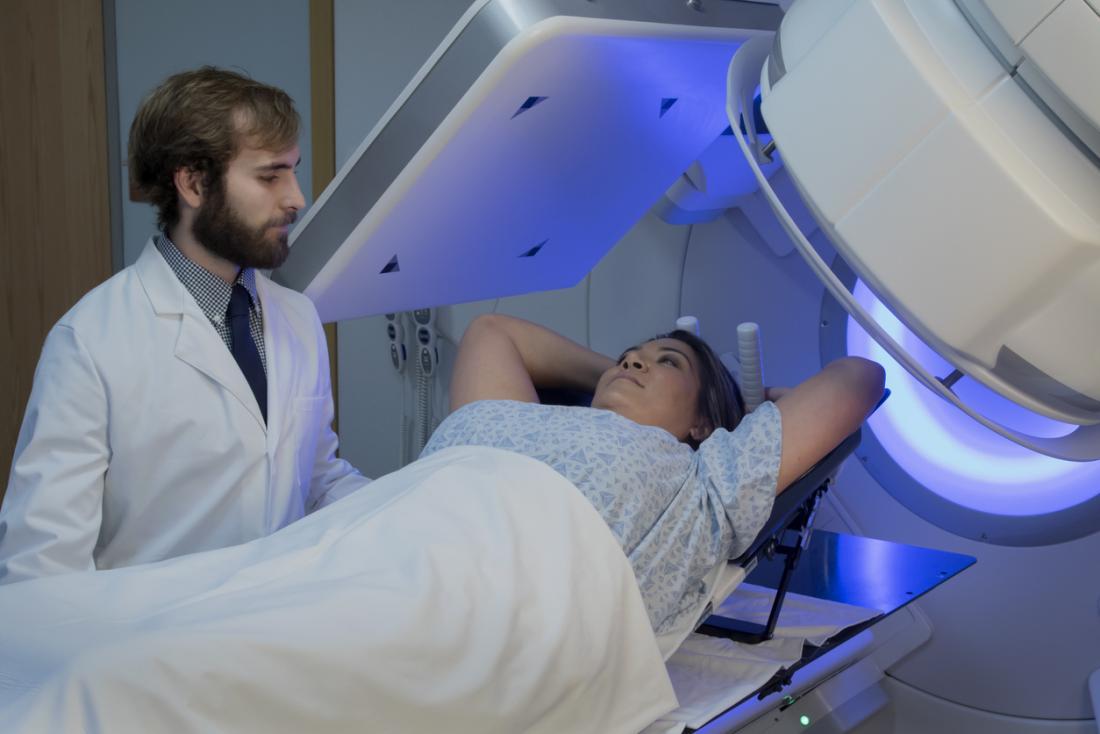 Donna che riceve radioterapia per cancro al seno