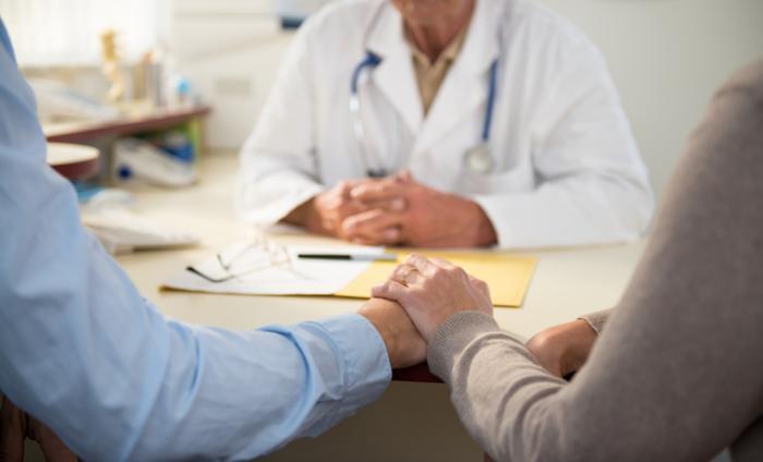 Cặp đôi lớn tuổi nắm tay nhau tại các bác sĩ