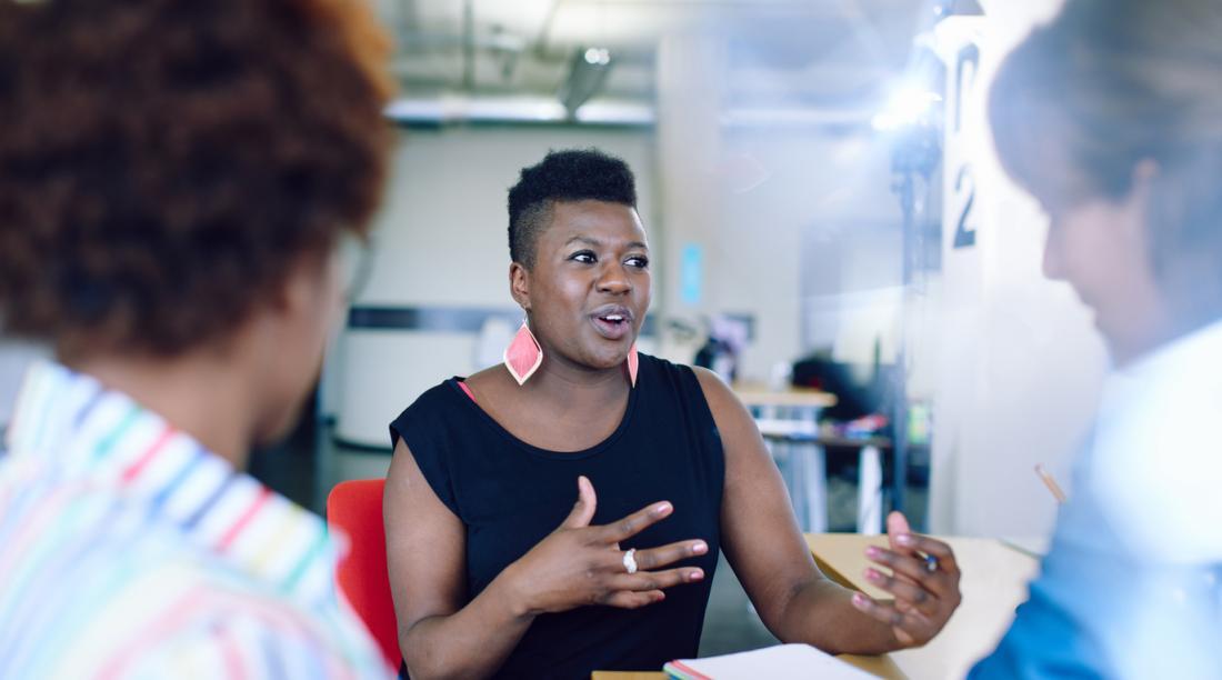 Überzeugte Frau im Geschäftstreffen