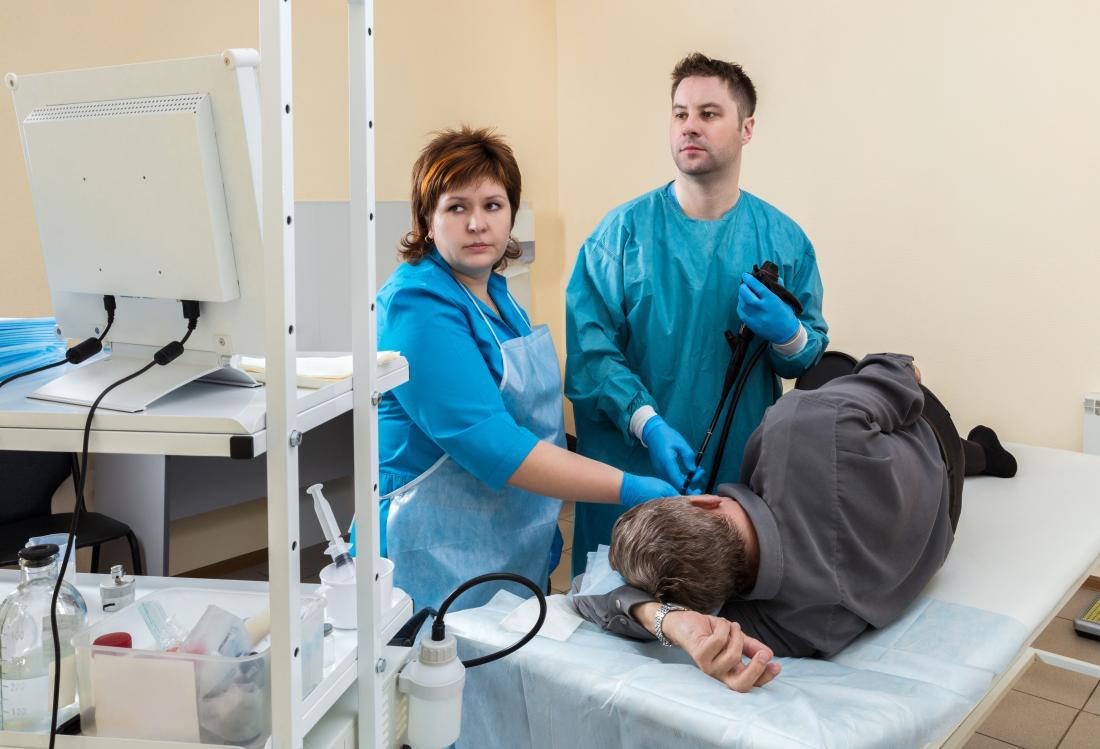 człowiek mający endoskopię