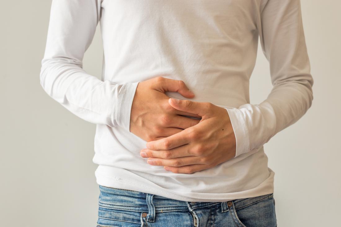 Uomo che tiene lo stomaco a causa della flatulenza